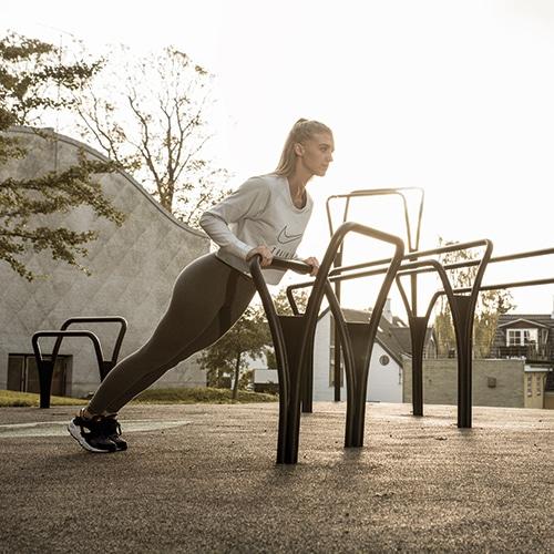 Funktionelle udendørs træningsredskaber i stål til fitness på alle aldre
