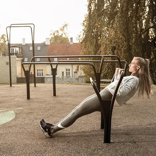 Funktionelle udendørs træningsredskaber til kropsvægttræning og fitness
